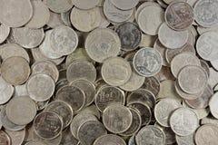 De zilveren muntstukken stapelen verscheidene muntstukken Royalty-vrije Stock Afbeeldingen