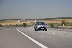 De zilveren oversteekplaats berijdt de weg In de afstand wordt gezien wegweg het winden royalty-vrije stock afbeelding