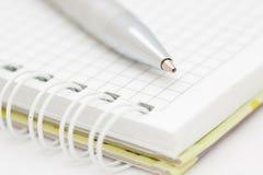 De zilveren pen en het notitieboekje Stock Foto
