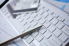 De zilveren pen met creditcard ligt wit toetsenbord royalty-vrije stock foto