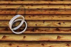 2 de Zilveren Ringen van Shinny op bamboeplank Stock Foto's