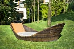 De zitkamer sunbed in een groene tuin royalty-vrije stock afbeeldingen