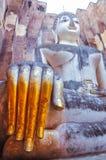 De zitting Boedha met gouden dient de tempel van de Vriend van Si Wat, Sukhothai in Stock Foto