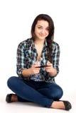 De zitting en het spelen van de tiener spelen royalty-vrije stock foto's