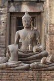 De zitting van de aapfamilie het spelen op het oude beschadigde standbeeld van Boedha, het Spontane dierlijke wild Royalty-vrije Stock Fotografie