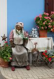 De zitting van de de damelandbouwer van de stropop voor een boerderij, Pasen-vakantie, decoratie in Oostenrijk stock fotografie