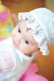 De zitting van de baby met hoed royalty-vrije stock afbeeldingen