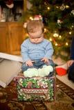 De Zitting van de baby op Aanwezige Kerstmis Royalty-vrije Stock Fotografie