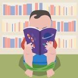 De zitting van de babyjongen op pot met wetenschappelijk boek Stock Fotografie