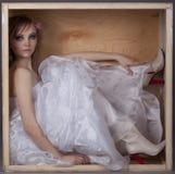 De zitting van de bruid in een houten doos Stock Afbeeldingen