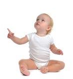 De zitting van de de babypeuter van het zuigelingskind heft hand op benadrukkend vinger Royalty-vrije Stock Fotografie