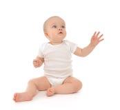De zitting van de de babypeuter van het zuigelingskind heft hand op benadrukkend vingers Royalty-vrije Stock Foto's