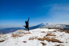 De zitting van de de winteryoga in mooie bergplaats Stock Fotografie