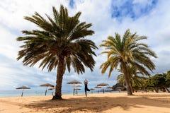 De zitting van de de zomeryoga over strand Royalty-vrije Stock Afbeeldingen