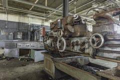 De zitting van de draaibankmachine in een fabriek stock afbeelding