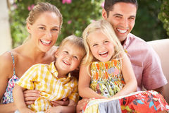 De Zitting van de familie op Bank samen Royalty-vrije Stock Afbeeldingen