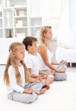 De zitting van de familie in rij het mediteren royalty-vrije stock fotografie