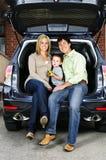 De zitting van de familie in rug van auto stock foto's