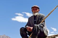 De zitting van de herder op de rots Stock Fotografie