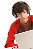 De zitting van de jongen achter bureau Stock Foto
