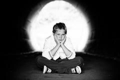 De zitting van de jongen in tunnel Royalty-vrije Stock Foto