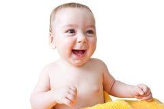 De Zitting van de Jongen van de baby die in Gele Handdoek wordt verpakt Stock Foto's