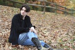 De zitting van de kerel bij het park Royalty-vrije Stock Fotografie