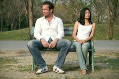 De zitting van de man en van de vrouw op een stoel royalty-vrije stock foto