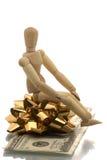De zitting van de mannequin op een giftomslag Stock Fotografie
