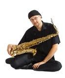 De zitting van de mens met saxofoon Stock Afbeelding