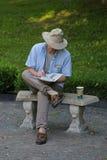 De zitting van de mens op bank Royalty-vrije Stock Foto