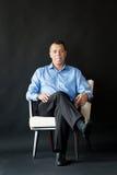 De zitting van de mens op stoel Mond, tong Stock Foto's