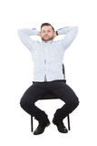De zitting van de mens op stoel open grotere houding, stock foto