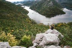 De zitting van de mensenreiziger op de berg en het geeuwen, vrijheidsconcept Royalty-vrije Stock Foto's