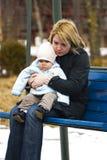 De zitting van de moeder en van het kind Stock Afbeelding