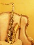 De zitting van de saxofoon op Stock Foto