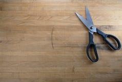De Zitting van de schaar op het Versleten Blok van de Slager Stock Foto's
