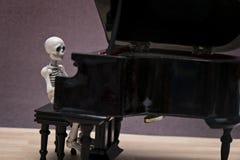 De zitting van de skeletpiano Royalty-vrije Stock Foto's
