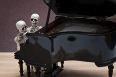 De zitting van de skeletpiano Royalty-vrije Stock Fotografie