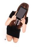 De zitting van de studententiener op de ladder met digitale tablet m royalty-vrije stock afbeeldingen