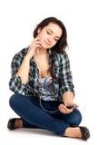 De zitting van de tiener en luistert muziek royalty-vrije stock foto's