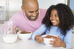 De Zitting van de vader met Dochter bij Ontbijt stock fotografie