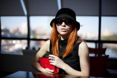 De zitting van de vrouw alleen in een koffie Royalty-vrije Stock Fotografie