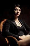 De zitting van de vrouw als houten voorzitter Royalty-vrije Stock Foto