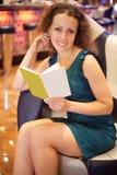 De zitting van de vrouw als voorzitter in restaurant royalty-vrije stock foto's
