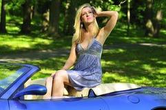 De zitting van de vrouw in een auto Stock Fotografie