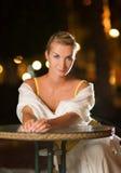 De zitting van de vrouw in een restaurant Stock Fotografie
