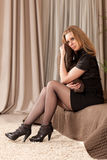 De Zitting van de vrouw op de Laag Stock Foto's