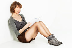 De zitting van de vrouw op de vloer met boek royalty-vrije stock foto's