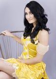 De zitting van de vrouw op een stoel Royalty-vrije Stock Fotografie